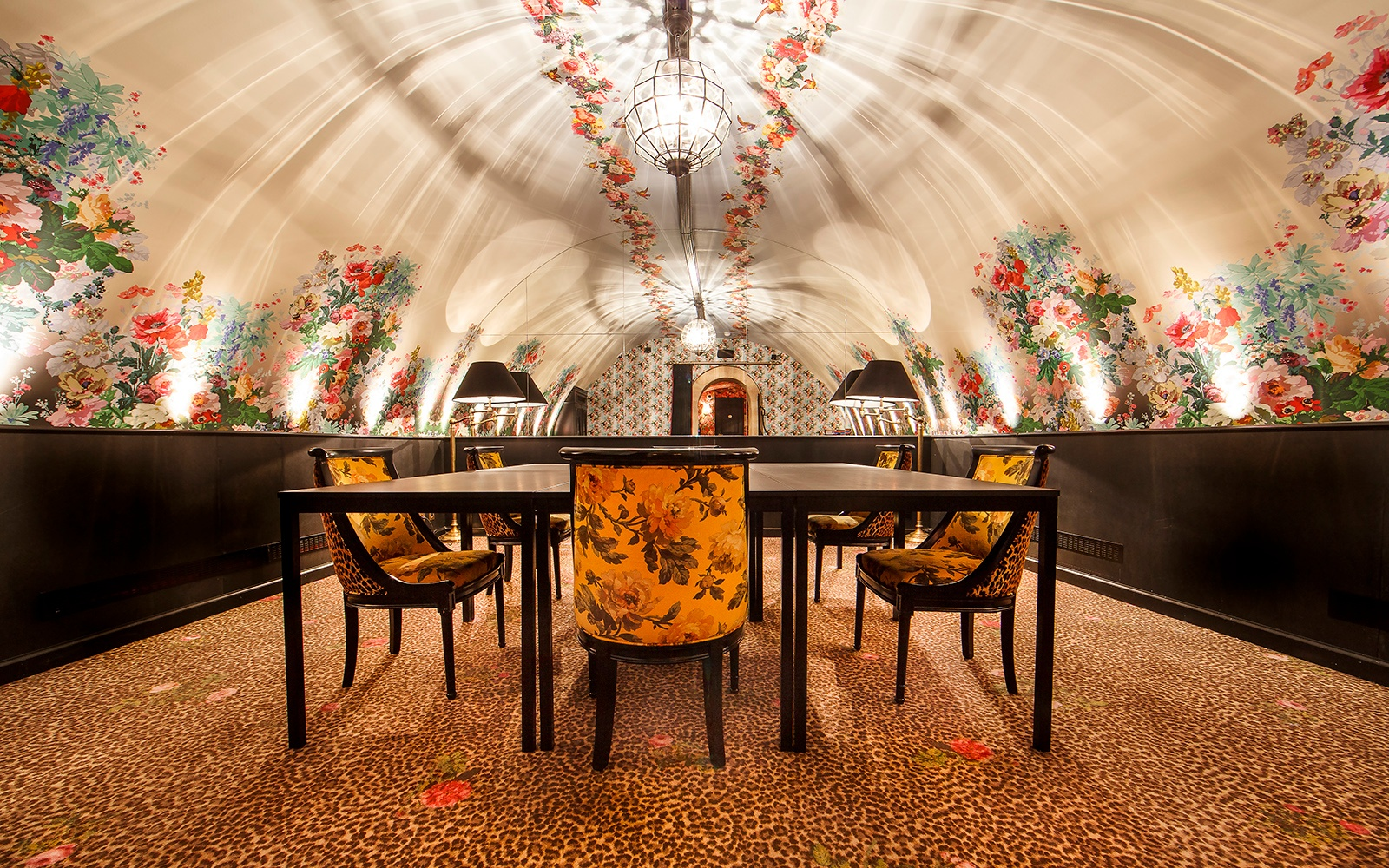 Animal and floral print wall-to-wall carpet by ege at Hotel de JoBo